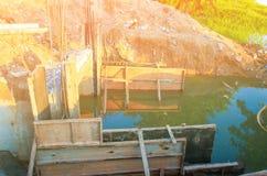 Ο διαγώνιος ποταμός γεφυρών κατασκευής με το διάστημα αντιγράφων προσθέτει το κείμενο Στοκ Φωτογραφίες