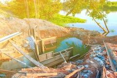 Ο διαγώνιος ποταμός γεφυρών κατασκευής με το διάστημα αντιγράφων προσθέτει το κείμενο Στοκ Εικόνες