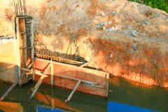 Ο διαγώνιος ποταμός γεφυρών κατασκευής με το διάστημα αντιγράφων προσθέτει το κείμενο Στοκ Φωτογραφία
