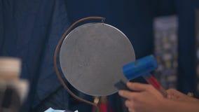 Ο διαιτητής έχει χτυπήσει το μέταλλο gong και το τηλέφωνο εκμετάλλευσης στο χέρι του απόθεμα βίντεο