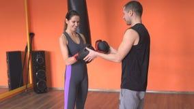 Ο διαιτητής προετοιμάζει τους μαχητές για το άτομο και το κορίτσι στον εγκιβωτισμό πριν από τις ενάρξεις πάλης στη γυμναστική, αθ απόθεμα βίντεο