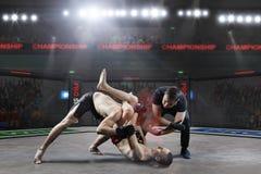 Ο διαιτητής σταματά την πάλη mma Στοκ φωτογραφία με δικαίωμα ελεύθερης χρήσης