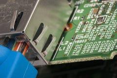Ο διακόπτης και ethernet τα καλώδια δικτύων, κλείνουν επάνω το μακρο πυροβολισμό στον πίνακα κυκλωμάτων υπολογιστών στοκ φωτογραφία με δικαίωμα ελεύθερης χρήσης