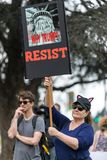 Ο διαμαρτυρόμενος κρατά ένα σημάδι που διαβάζει, ` γιατί ατού; ΑΝΤΙΣΤΑΘΕΙΤΕ σε ` Στοκ φωτογραφία με δικαίωμα ελεύθερης χρήσης