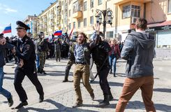 Ο διαμαρτυρόμενος συλλαμβάνεται από την αστυνομία στη συνάθροιση αντίθεσης Στοκ φωτογραφία με δικαίωμα ελεύθερης χρήσης