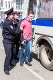 Ο διαμαρτυρόμενος συλλαμβάνεται από την αστυνομία στη συνάθροιση αντίθεσης Στοκ Φωτογραφία