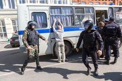 Ο διαμαρτυρόμενος συλλαμβάνεται από την αστυνομία στη συνάθροιση αντίθεσης Στοκ Φωτογραφίες