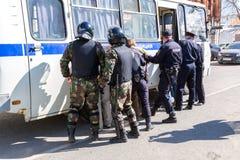 Ο διαμαρτυρόμενος συλλαμβάνεται από την αστυνομία στη συνάθροιση αντίθεσης Στοκ εικόνες με δικαίωμα ελεύθερης χρήσης