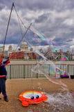 Ο διασκεδαστής οδών του Λονδίνου δημιουργεί τις μέγα φυσαλίδες στοκ φωτογραφία