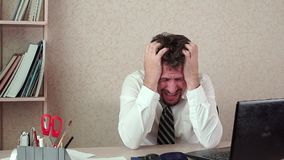 Ο διευθυντής γραφείων ήταν άτομο, ένας κακός πονοκέφαλος Κουράστηκε της μακροχρόνιας εργασίας φιλμ μικρού μήκους