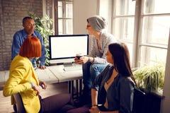 Ο διευθυντής δίνει την ιδέα για την επιχείρηση στους υπαλλήλους Στοκ Εικόνες