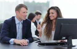 Ο διευθυντής και ο υπάλληλος συζητούν το πρόβλημα εργασίας Στοκ φωτογραφία με δικαίωμα ελεύθερης χρήσης