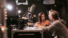 Ο διευθυντής παραγωγών ηθοποιών εξετάζει το μήκος σε πόδηα στη συζήτηση οθόνης οργάνων ελέγχου φιλμ μικρού μήκους