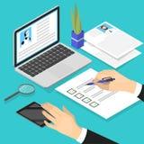 Ο διευθυντής που προσέχει το σχεδιάγραμμα βιογραφικού σημειώματος και κάνει την εξέταση απεικόνιση αποθεμάτων