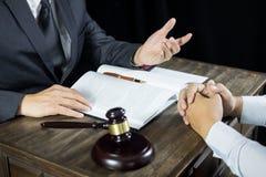 Ο δικηγόρος ή ο δικαστής συσκέπτεται τη συνεδρίαση με τον πελάτη σε μια εταιρία νόμου για τη νομική νομοθεσία στο δικαστήριο με g στοκ φωτογραφία με δικαίωμα ελεύθερης χρήσης