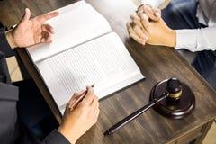 Ο δικηγόρος ή ο δικαστής συσκέπτεται τη συνεδρίαση με τον πελάτη σε μια εταιρία νόμου για τη νομική νομοθεσία στο δικαστήριο με g στοκ εικόνες