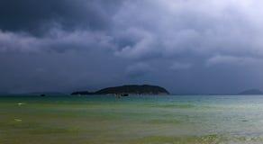 Ο δραματικός σκοτεινός νεφελώδης ουρανός πέρα από τη θάλασσα, φυσικό υπόβαθρο φωτογραφιών στοκ εικόνες