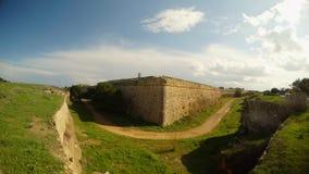 Ο δρόμος δίπλα στους τοίχους πόλεων Famagusta γωνιών, μια βαθιά τάφρος περιβάλλει το παλαιό φρούριο απόθεμα βίντεο