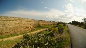 Ο δρόμος δίπλα στους τοίχους πόλεων Famagusta, μια βαθιά τάφρος περιβάλλει το παλαιό φρούριο απόθεμα βίντεο