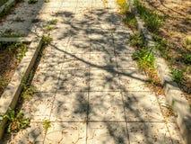 Ο δρόμος είναι μια πορεία πετρών πηγαίνει στο προαύλιο ενός κατοικημένου κτηρίου Στοκ φωτογραφίες με δικαίωμα ελεύθερης χρήσης