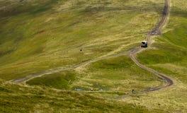 Ο δρόμος είναι υψηλός Carpathians, στην κορυφογραμμή στοκ φωτογραφία με δικαίωμα ελεύθερης χρήσης