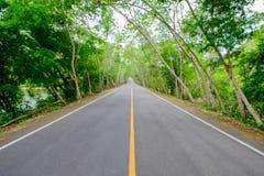 Ο δρόμος με δεν περνά με τη γραμμή είναι στερεός, στο δρόμο δευτερεύον ο Στοκ Εικόνα