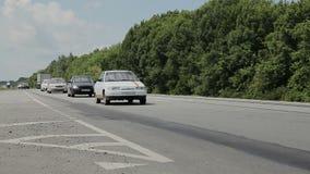 Ο δρόμος με τα αυτοκίνητα που περνούν από Πράσινο δάσος απόθεμα βίντεο