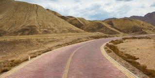 Ο δρόμος μπροστά προς στον όμορφο συμπαθητικό ουρανό βουνών στοκ εικόνες