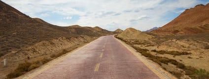 Ο δρόμος μπροστά προς στον όμορφο συμπαθητικό ουρανό βουνών στοκ εικόνα με δικαίωμα ελεύθερης χρήσης