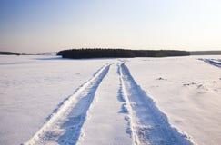 Ο δρόμος σε ένα πεδίο Στοκ Φωτογραφίες