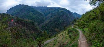 Ο δρόμος στα βουνά της σειράς Annapurna, Νεπάλ Ιμαλάια Στοκ φωτογραφία με δικαίωμα ελεύθερης χρήσης