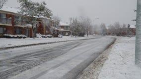 Ο δρόμος στην οδό χειμερινών πόλεων πηγαίνει στα δέντρα γύρω, μικρά σπίτια σε μια επάνω χειμερινή ημέρα απόθεμα βίντεο