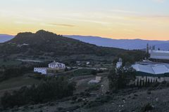 Ο δρόμος στην παλαιά πόλη που είναι το βουνό στο ηλιοβασίλεμα στοκ εικόνα