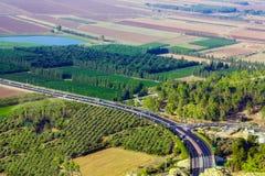 Ο δρόμος στη Ναζαρέτ Τα αυτοκίνητα οδηγούν κατά μήκος της εθνικής οδού στοκ φωτογραφία με δικαίωμα ελεύθερης χρήσης