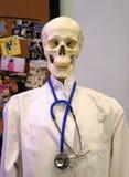 Ο Δρ σκελετός Νεκρό άτομο σε ένα πουκάμισο Στοκ φωτογραφία με δικαίωμα ελεύθερης χρήσης