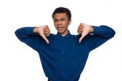 Ο δυσαρεστημένος έφηβος αφροαμερικάνων παρουσιάζει χειρονομία στοκ φωτογραφίες