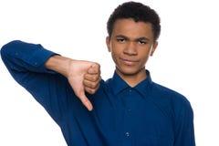 Ο δυσαρεστημένος έφηβος αφροαμερικάνων παρουσιάζει χειρονομία στοκ φωτογραφία