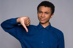 Ο δυσαρεστημένος έφηβος αφροαμερικάνων παρουσιάζει χειρονομία στοκ εικόνες