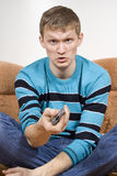 ο δυσαρεστημένος τύπος μεταστρέφει τη TV Στοκ φωτογραφία με δικαίωμα ελεύθερης χρήσης