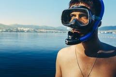 Ο δύτης με τη μάσκα για την κατάδυση και κολυμπά με αναπνευτήρα στην ακροθαλασσιά r Στοκ φωτογραφία με δικαίωμα ελεύθερης χρήσης