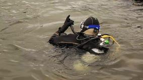 Ο δύτης σκαφάνδρων εισάγει το νερό λιμνών βουνών Τεχνικές άσκησης για τους σωτήρες έκτακτης ανάγκης Βύθιση στο κρύο νερό απόθεμα βίντεο