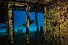 Ο δύτης σκαφάνδρων κολυμπά μετά από μια είσοδο σε ένα βυθισμένο περιπολικό σκάφος P31 στοκ φωτογραφία με δικαίωμα ελεύθερης χρήσης