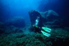 Ο δύτης σκαφάνδρων κολυμπά σε έναν σκόπελο σε Comino στην κεντρική Μεσόγειο στοκ εικόνες με δικαίωμα ελεύθερης χρήσης
