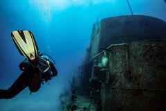 Ο δύτης σκαφάνδρων κολυμπά σε έναν τεχνητό σκόπελο σε Comino στην κεντρική Μεσόγειο στοκ εικόνα με δικαίωμα ελεύθερης χρήσης