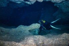 Ο δύτης σκαφάνδρων κολυμπά σε μια είσοδο σε μια υποβρύχια σπηλιά στοκ φωτογραφία με δικαίωμα ελεύθερης χρήσης
