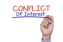 Ο δείκτης γραφής επιχειρησιακής έννοιας και γράφει τη σύγκρουση συμφερόντων στοκ εικόνα