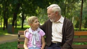 Ο εγγονός και granddad παρουσιάζει αντίχειρες, ευτυχής οικογενειακή έννοια, γενεές από κοινού απόθεμα βίντεο