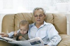 Ο εγγονός μιμείται τον παππού - που τίθεται στα γυαλιά του στοκ φωτογραφία