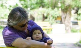 ο εγγονός παππούδων απομόνωσε το λευκό στοκ εικόνα με δικαίωμα ελεύθερης χρήσης