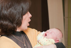 ο εγγονός grandma κρατά νεογένν&e Στοκ Φωτογραφία
